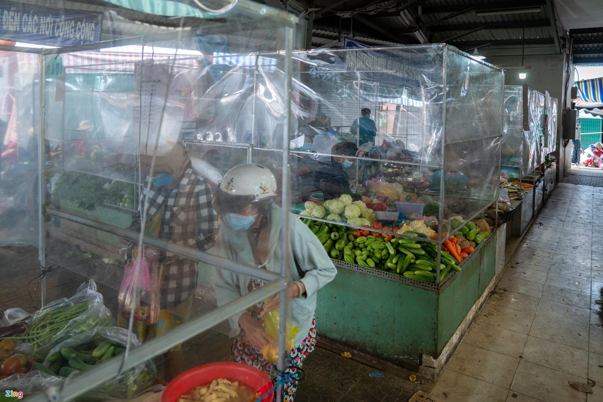Giá rau củ tại chợ TP.HCM hạ nhiệt, người đến siêu thị giảm mạnh - Ảnh 3.