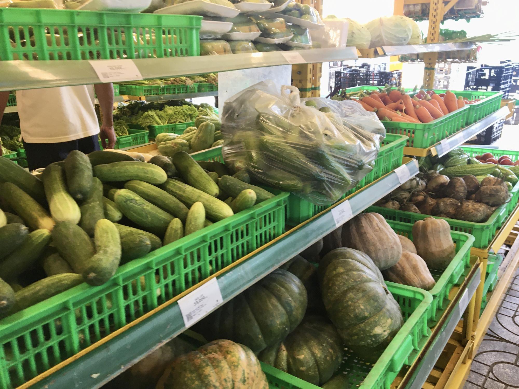 Giá rau củ tại chợ TP.HCM hạ nhiệt, người đến siêu thị giảm mạnh - Ảnh 2.