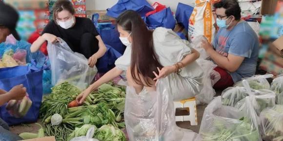 """HOT showbiz (20/7): Sau bão lũ, Thủy Tiên tiếp tục """"tiếp lửa"""" cho dân nghèo TP.HCM - Ảnh 3."""