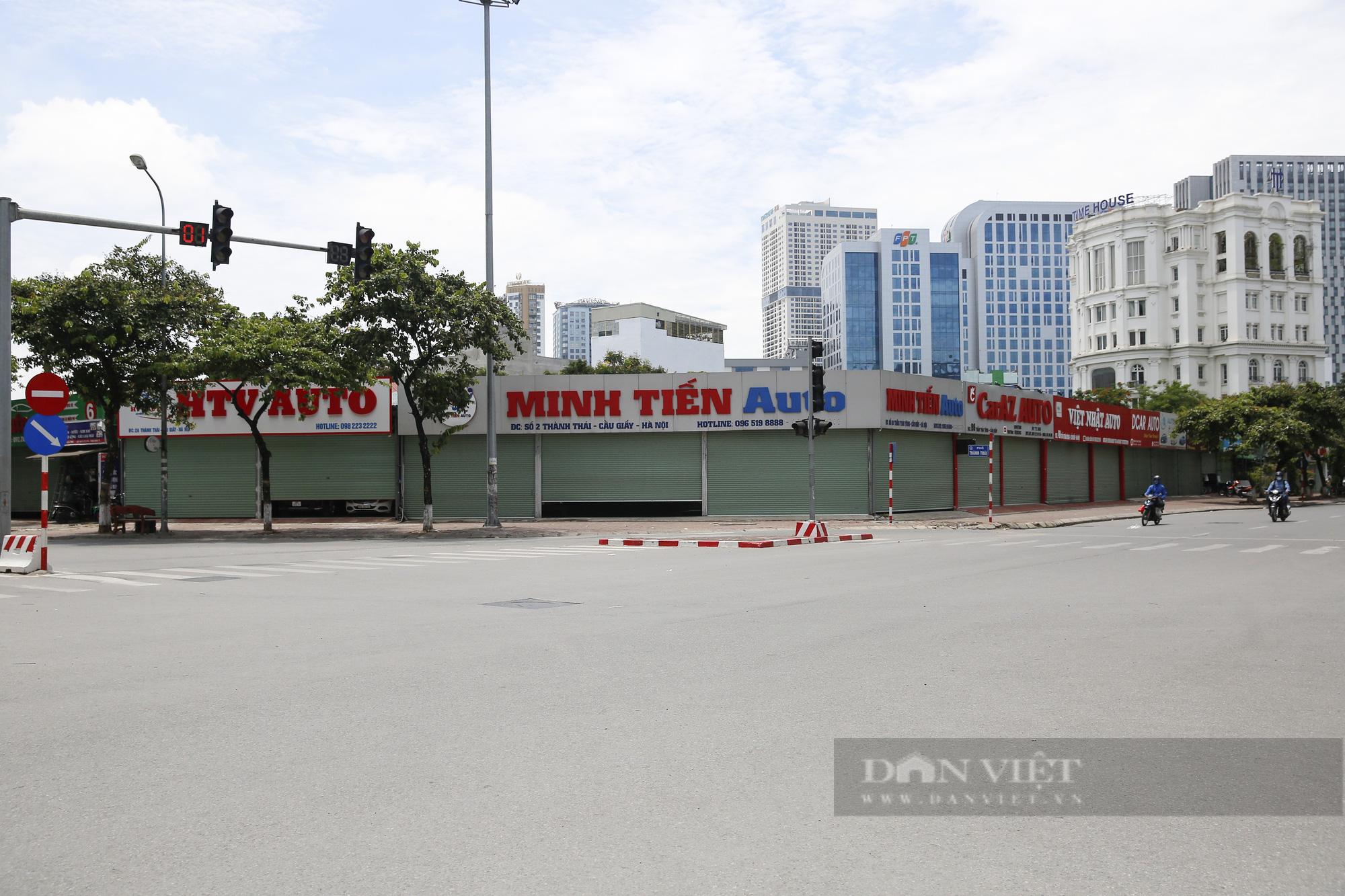 Hàng loạt showroom ô tô tại Hà Nội 'cửa đóng then cài' vì dịch Covid-19 - Ảnh 1.