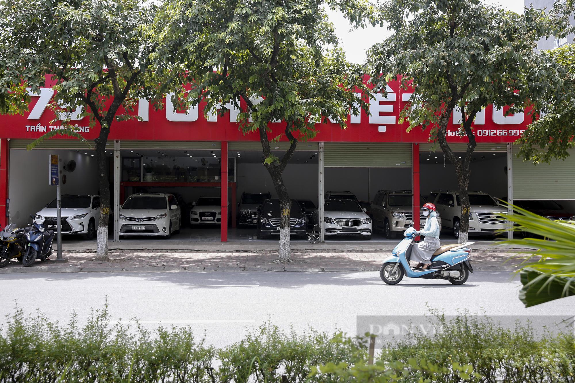 Hàng loạt showroom ô tô tại Hà Nội 'cửa đóng then cài' vì dịch Covid-19 - Ảnh 3.