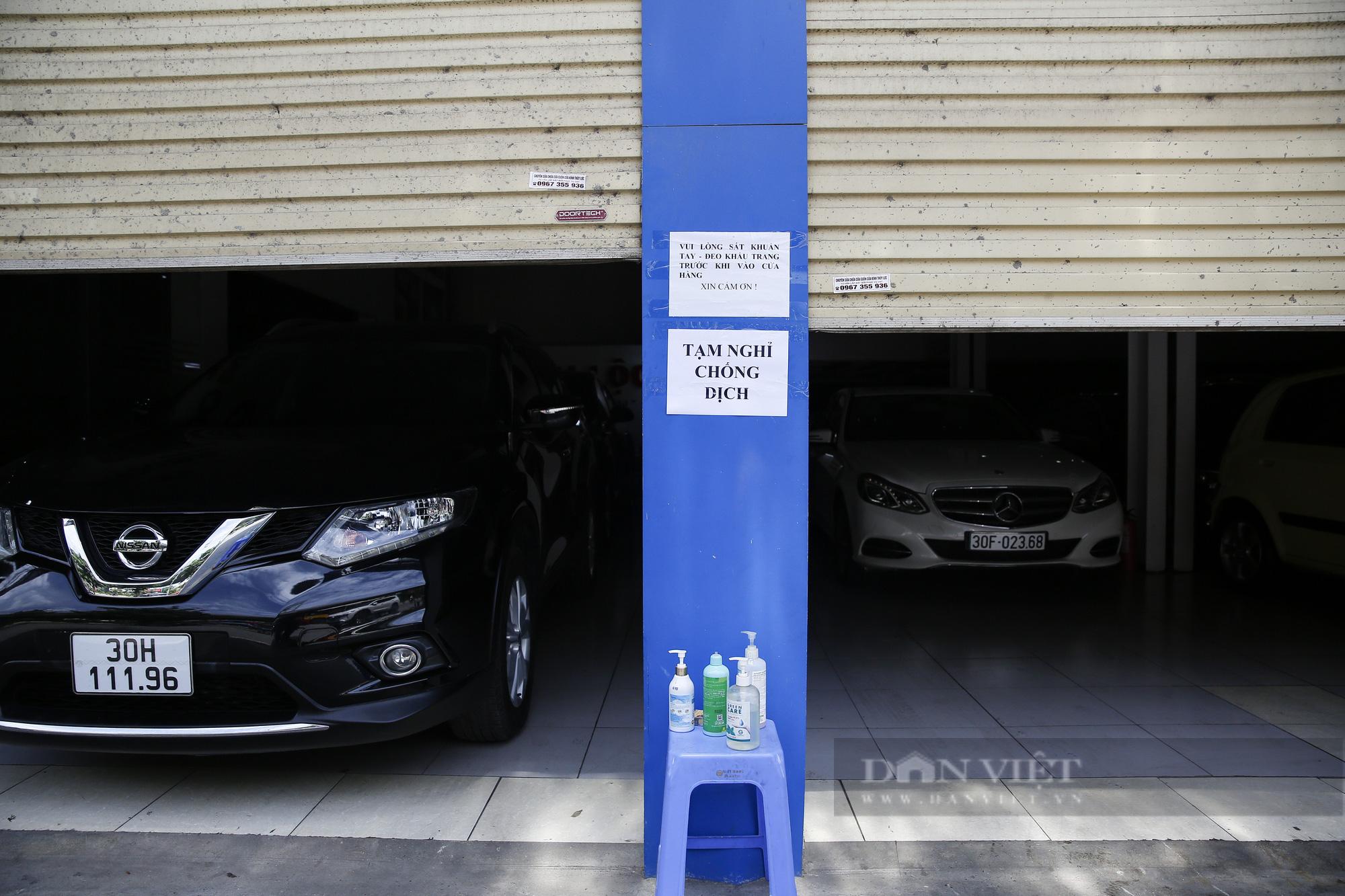 Hàng loạt showroom ô tô tại Hà Nội 'cửa đóng then cài' vì dịch Covid-19 - Ảnh 5.