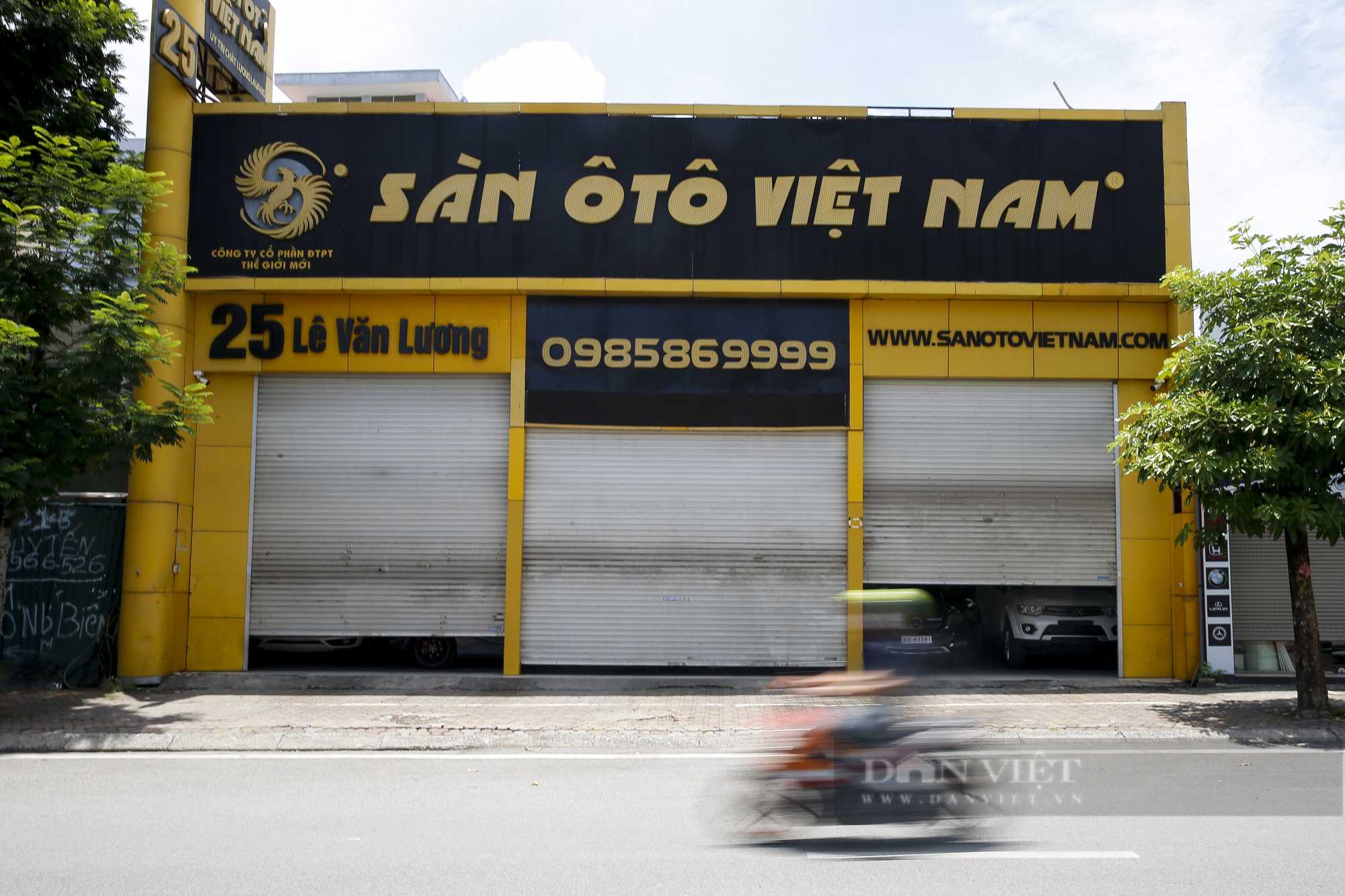 Hàng loạt showroom ô tô tại Hà Nội 'cửa đóng then cài' vì dịch Covid-19 - Ảnh 6.