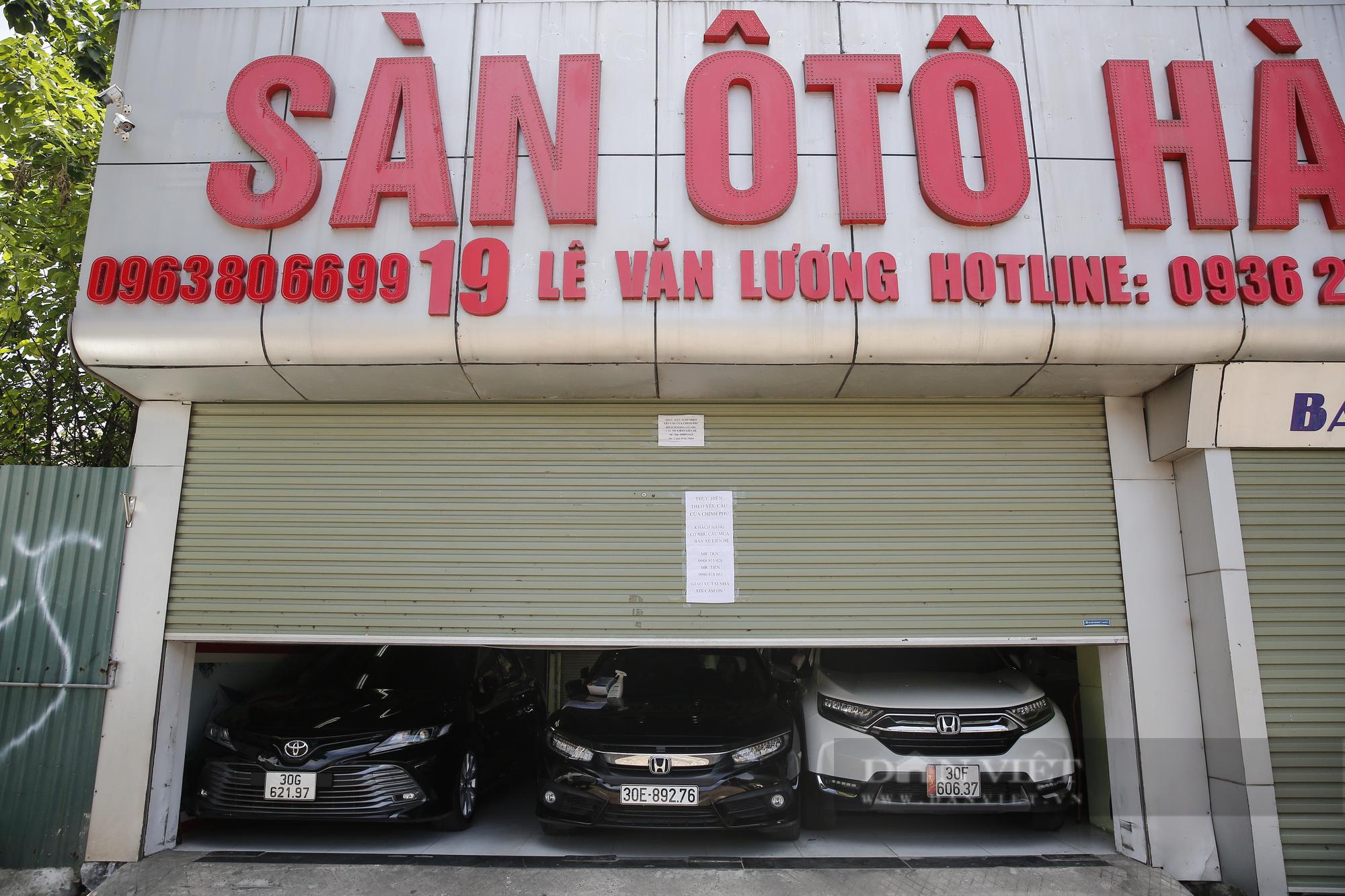 Hàng loạt showroom ô tô tại Hà Nội 'cửa đóng then cài' vì dịch Covid-19 - Ảnh 8.