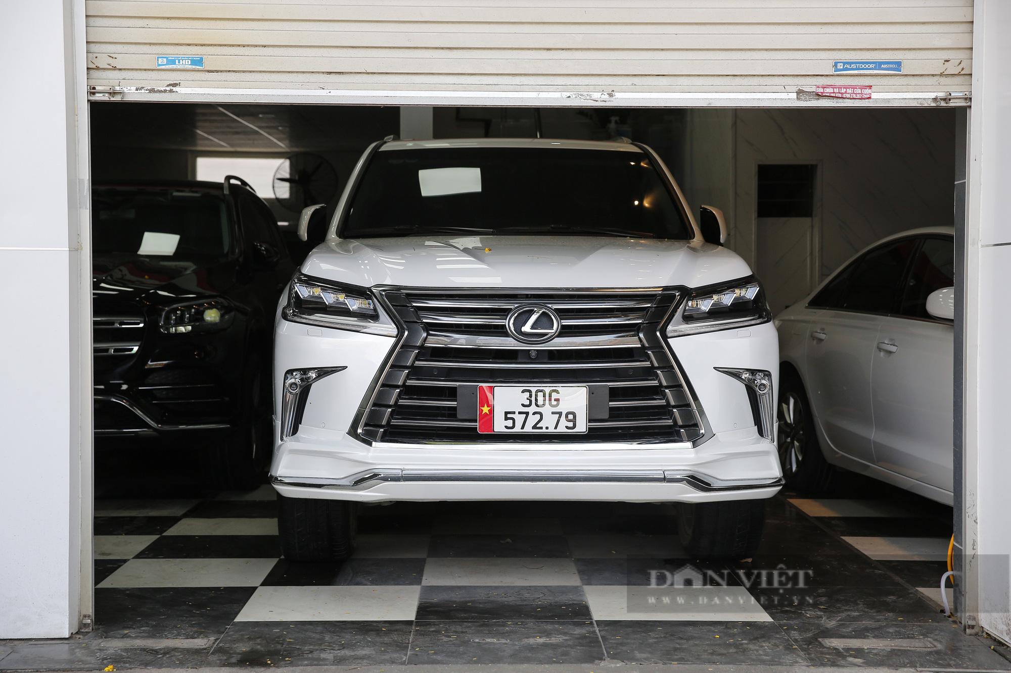 Hàng loạt showroom ô tô tại Hà Nội 'cửa đóng then cài' vì dịch Covid-19 - Ảnh 9.