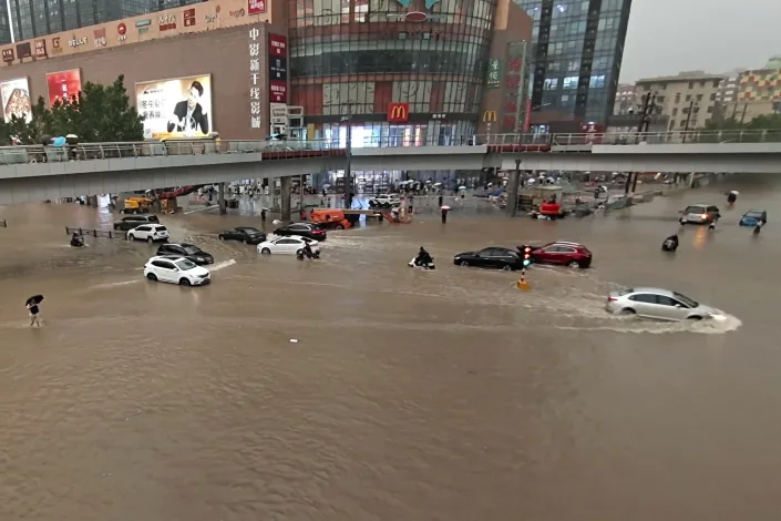 Ngập lụt biến đường phố Trung Quốc thành sông, 12 người chết - Ảnh 1.