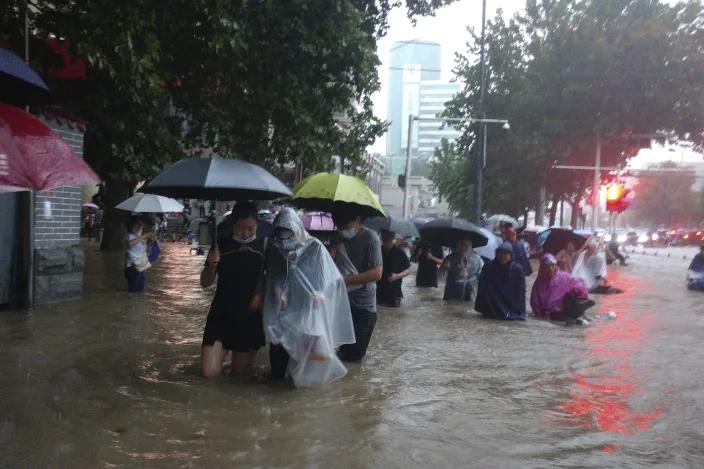 Ngập lụt biến đường phố Trung Quốc thành sông, 12 người chết - Ảnh 2.
