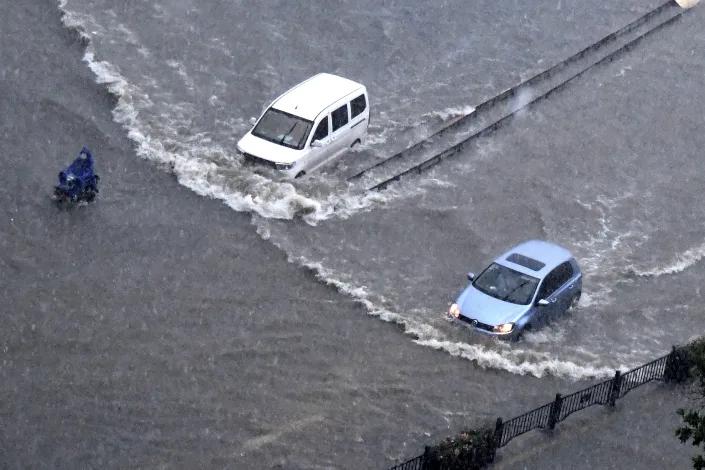 Ngập lụt biến đường phố Trung Quốc thành sông, 12 người chết - Ảnh 4.