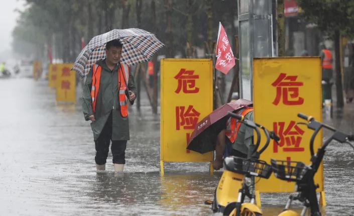 Ngập lụt biến đường phố Trung Quốc thành sông, 12 người chết - Ảnh 5.