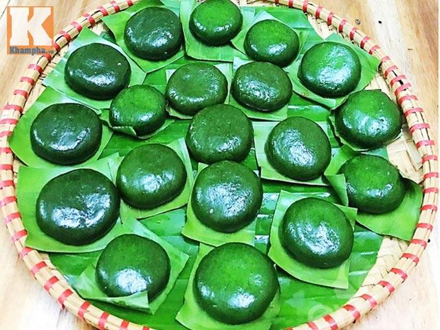 Thứ bánh đặc sản xanh lè xanh lét được làm từ loại rau mọc hoang, tiểu thương hốt bạc, đóng hộp mỏi tay - Ảnh 2.