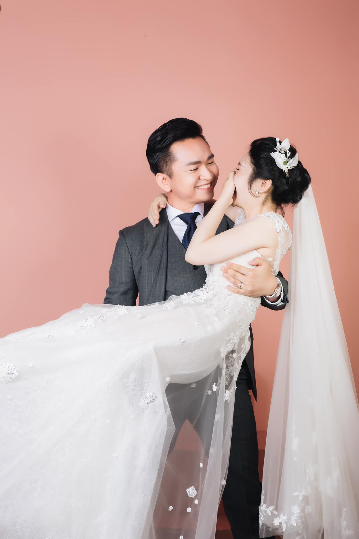 MC Hạnh Phúc nghẹn ngào trong giây phút đón con gái đầu lòng với bà xã kín tiếng - Ảnh 7.