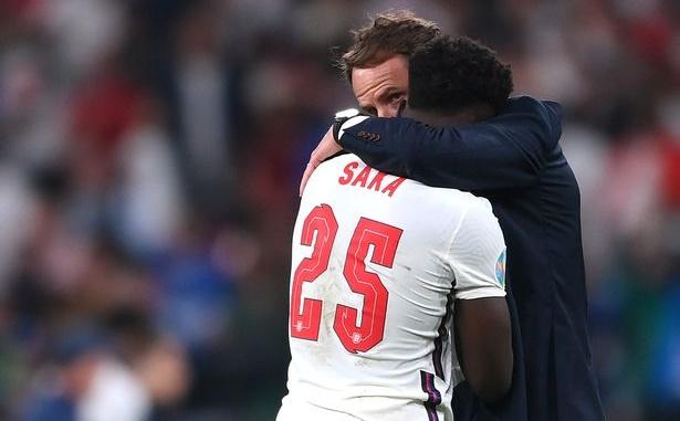 Saka được Ozil khen tài năng.