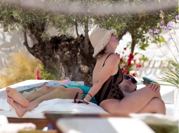 Người hùng của ĐT Anh bị bắt gặp hôn vợ ngấu nghiến ở đảo Ibiza - Ảnh 4.