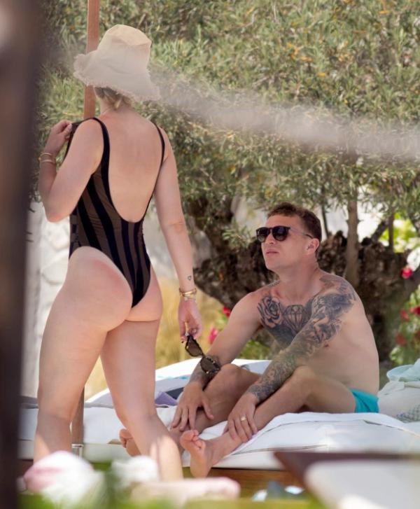 Người hùng của ĐT Anh bị bắt gặp hôn vợ ngấu nghiến ở đảo Ibiza - Ảnh 5.
