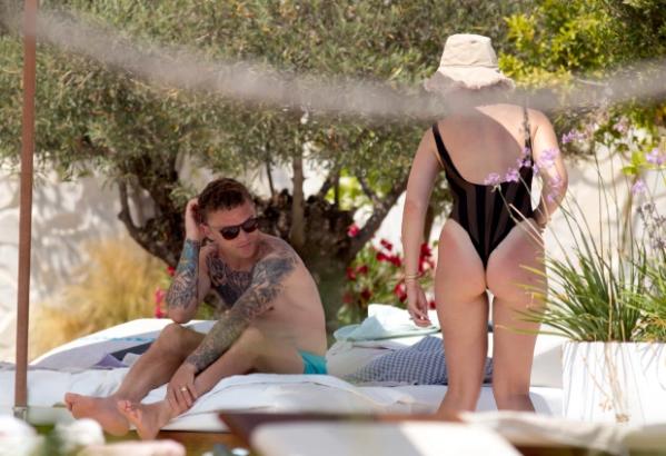 Người hùng của ĐT Anh bị bắt gặp hôn vợ ngấu nghiến ở đảo Ibiza - Ảnh 6.