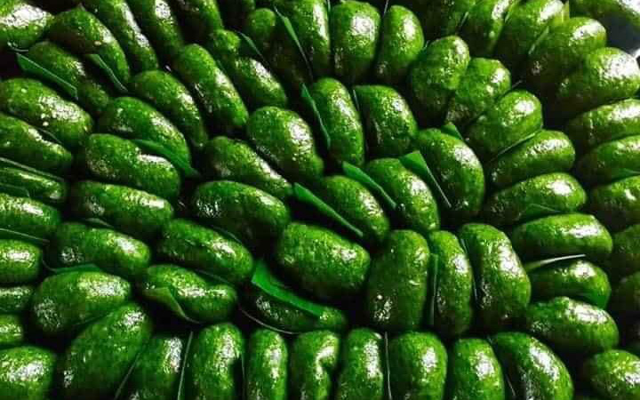 Thứ bánh đặc sản xanh lè xanh lét được làm từ loại rau mọc hoang, tiểu thương hốt bạc, đóng hộp mỏi tay