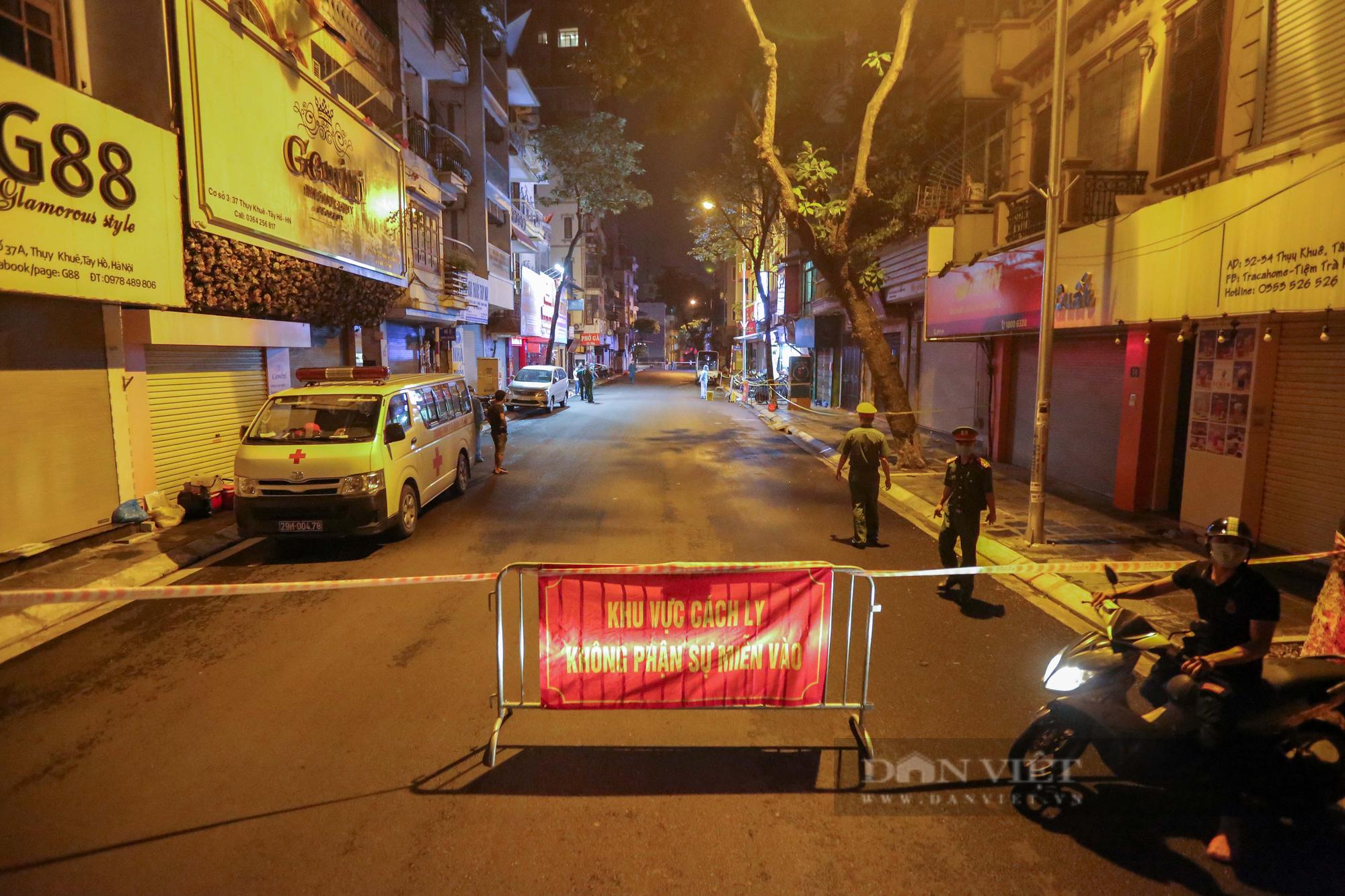 Xuyên đêm xét nghiệm cho hàng chục hộ dân trên phố Thuỵ Khuê - Ảnh 1.
