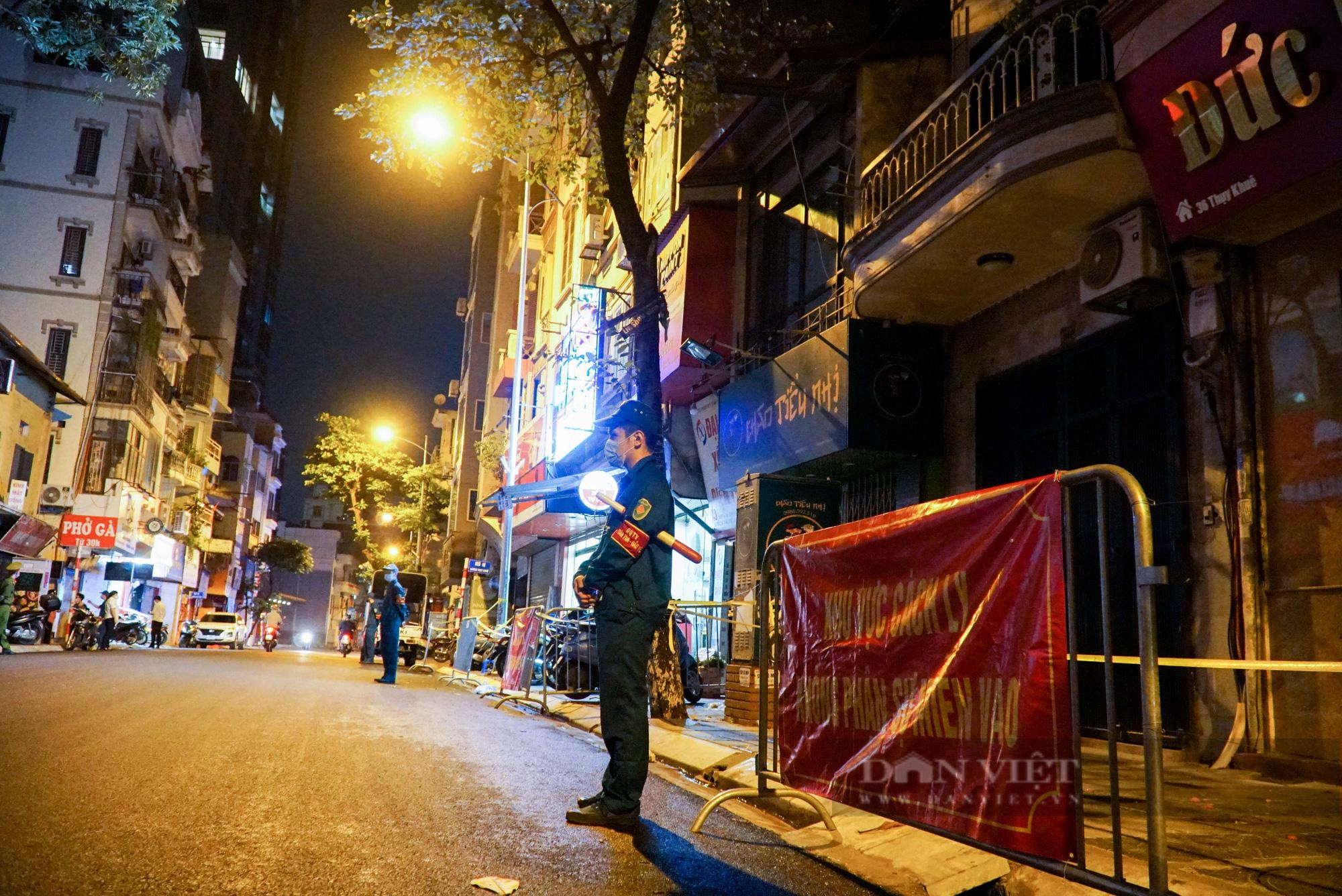 Xuyên đêm xét nghiệm cho hàng chục hộ dân trên phố Thuỵ Khuê - Ảnh 2.