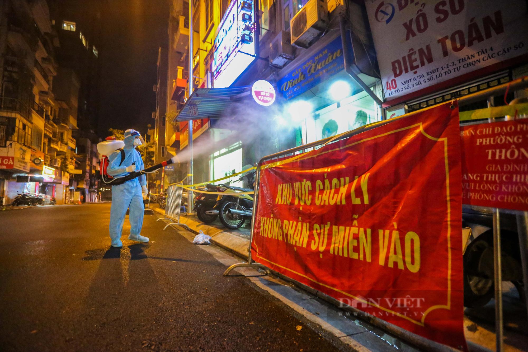 Xuyên đêm xét nghiệm cho hàng chục hộ dân trên phố Thuỵ Khuê - Ảnh 6.