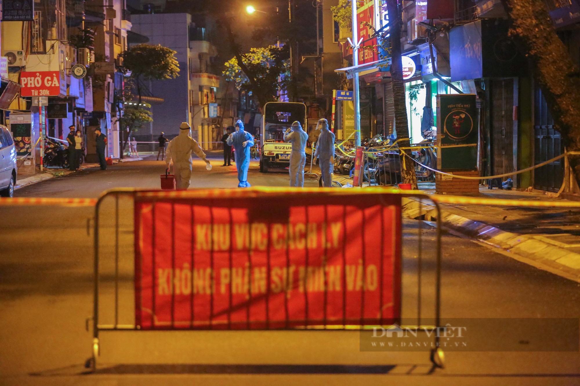 Xuyên đêm xét nghiệm cho hàng chục hộ dân trên phố Thuỵ Khuê - Ảnh 7.