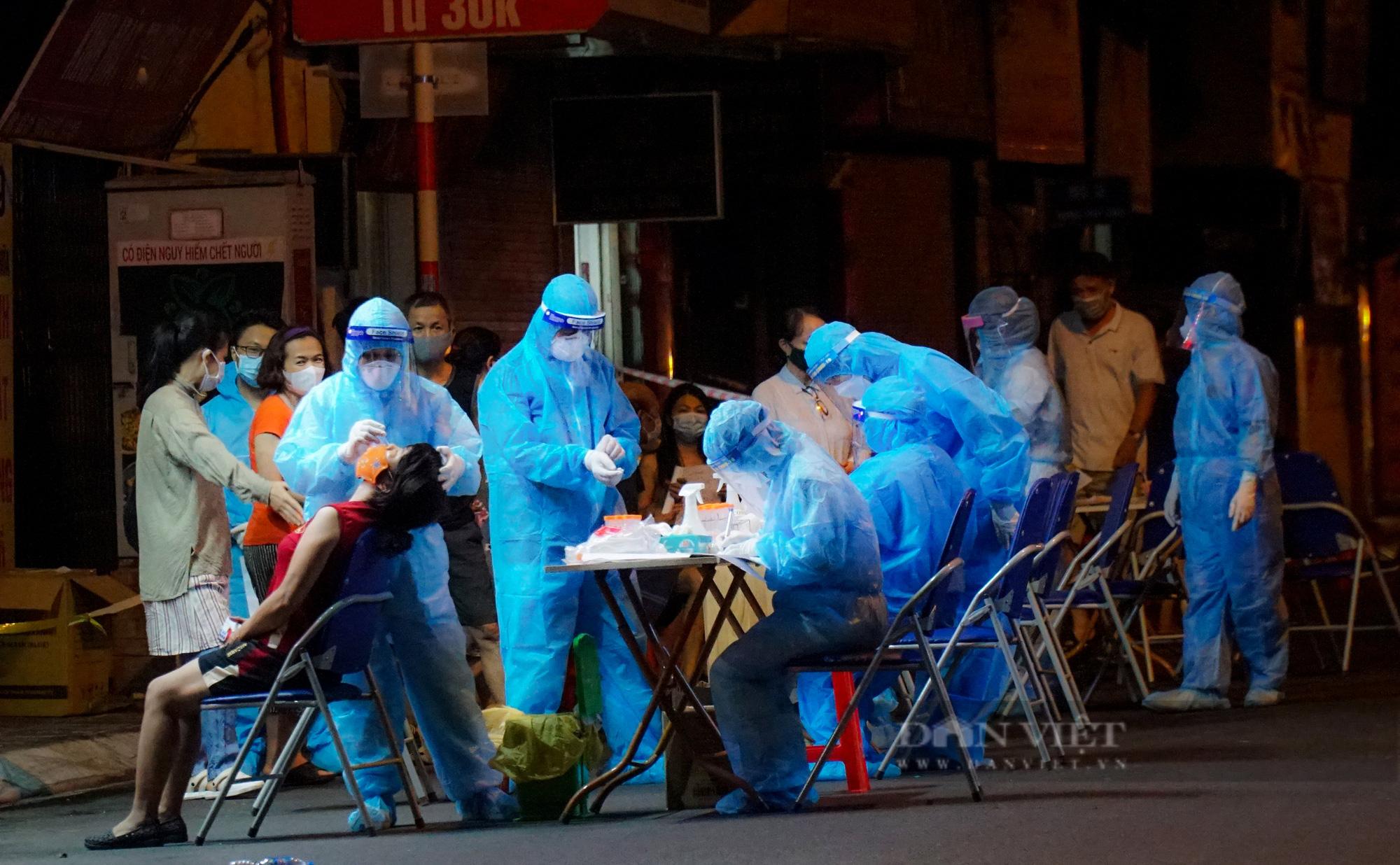 Xuyên đêm xét nghiệm cho hàng chục hộ dân trên phố Thuỵ Khuê - Ảnh 9.