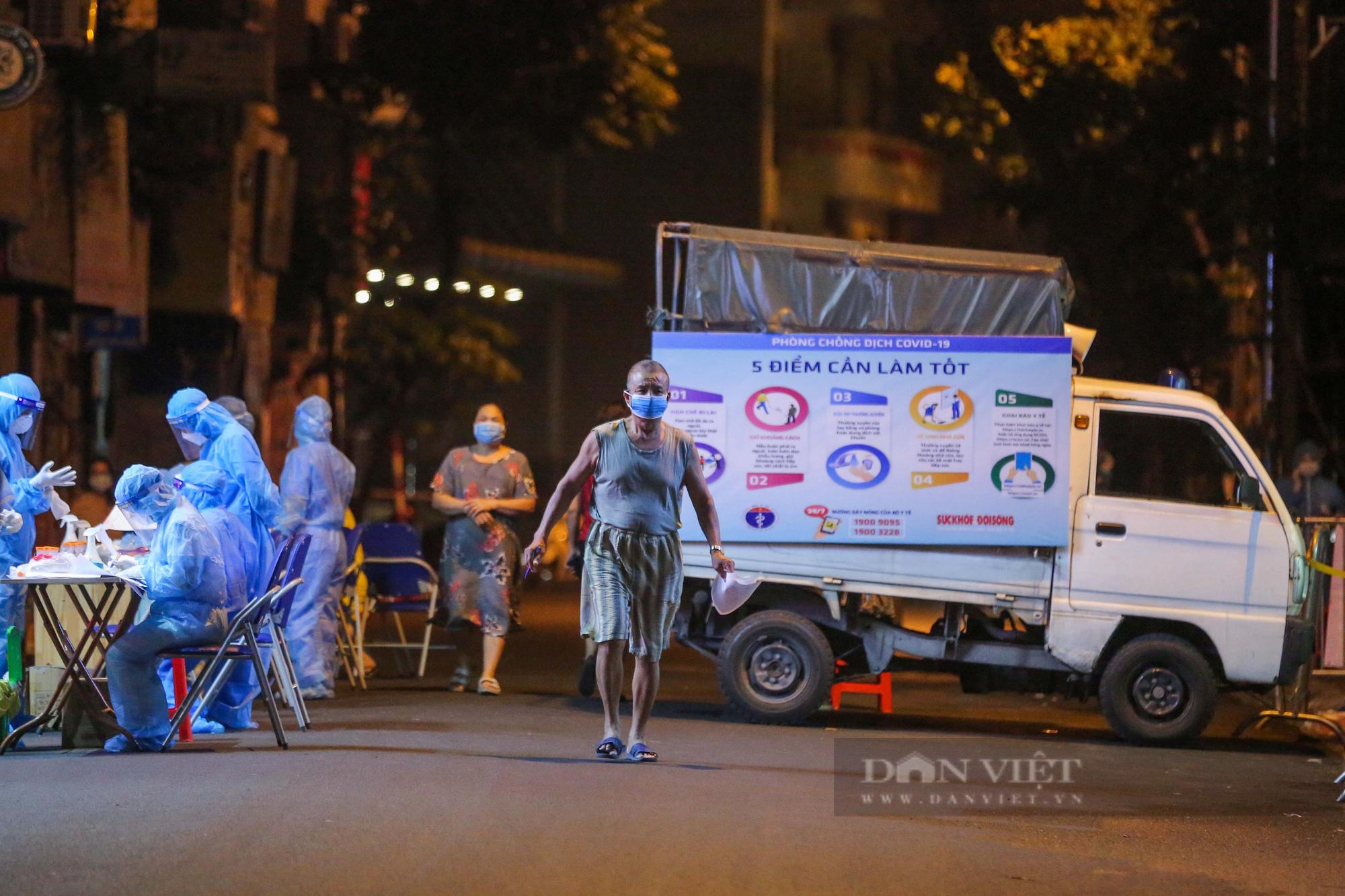 Xuyên đêm xét nghiệm cho hàng chục hộ dân trên phố Thuỵ Khuê - Ảnh 10.