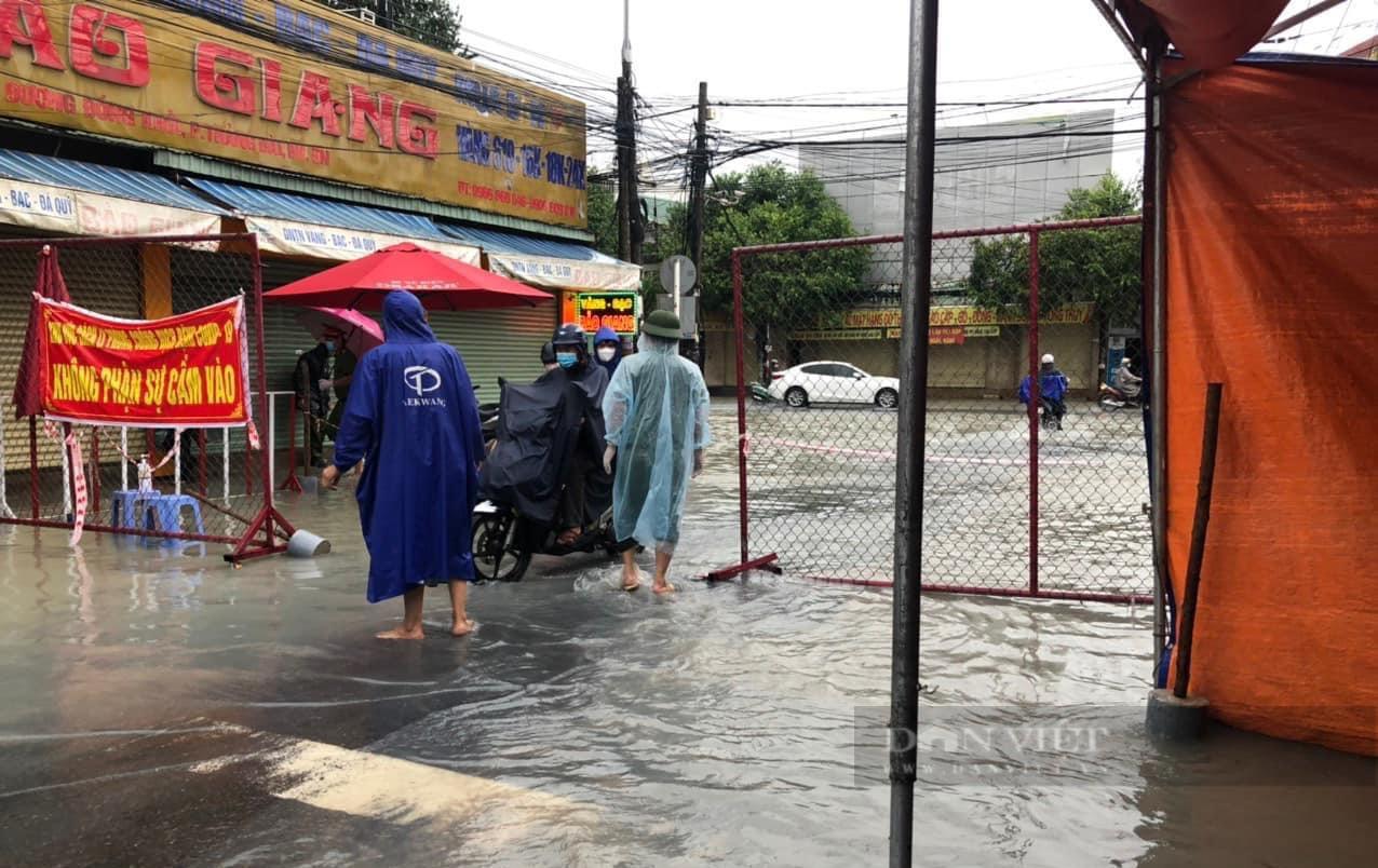 Đồng Nai: Chốt kiểm soát dịch những ngày mưa - Ảnh 9.