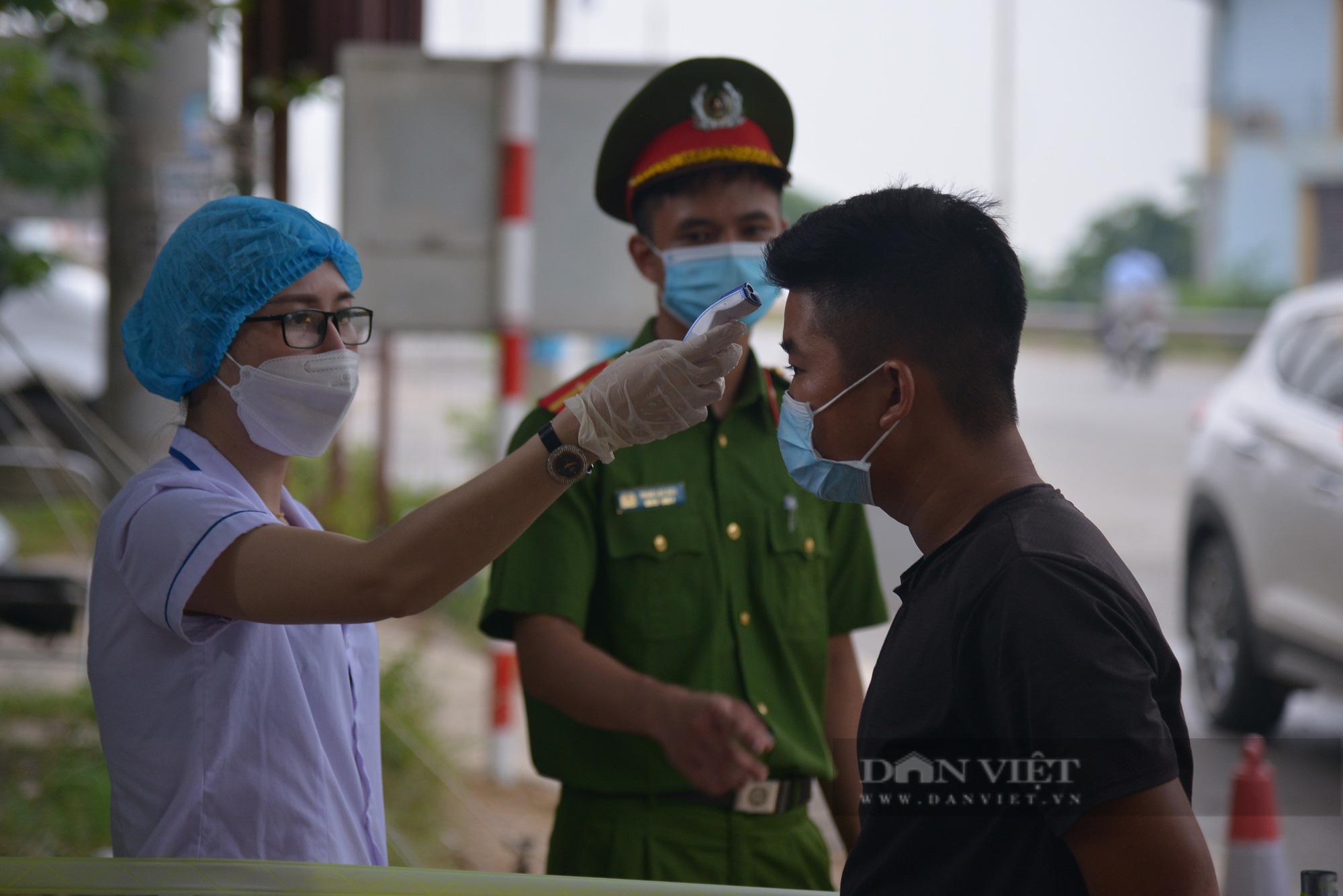 """Người dân Hà Nội nhường nhà, """"tiếp tế"""" cơm, nước uống chia sẻ với lực lượng làm nhiệm vụ phòng, chống dịch - Ảnh 3."""