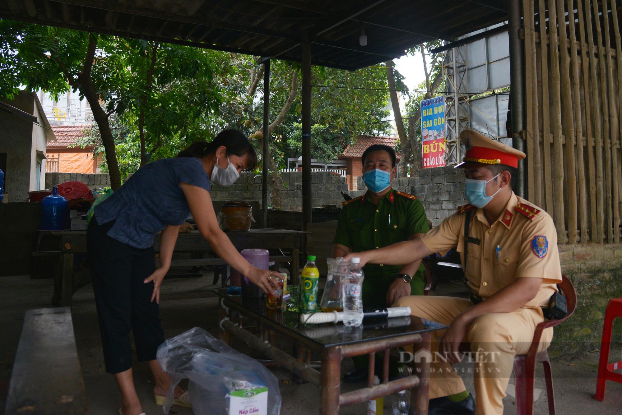 """Người dân Hà Nội nhường nhà, """"tiếp tế"""" cơm, nước uống chia sẻ với lực lượng làm nhiệm vụ phòng, chống dịch - Ảnh 7."""