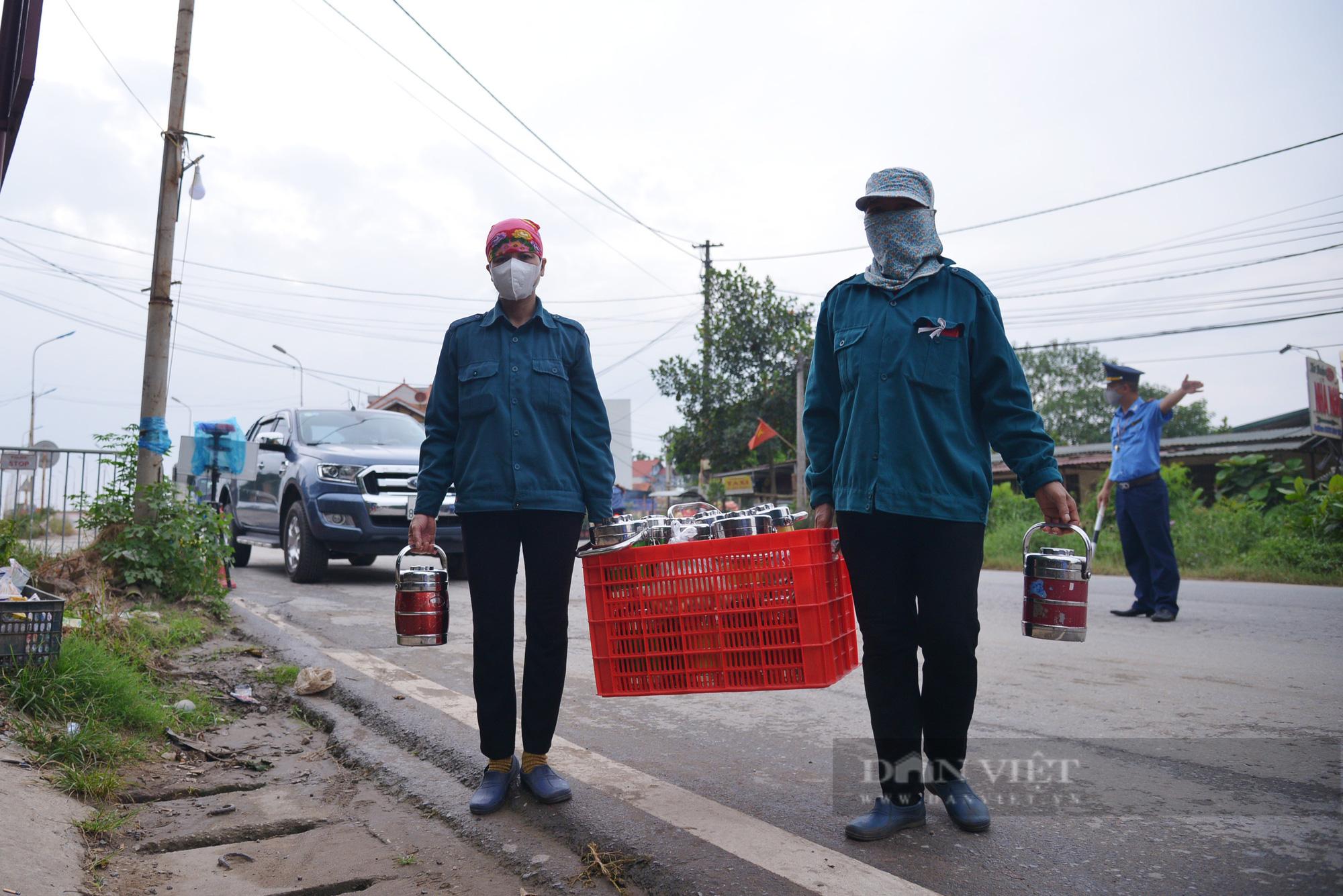 """Người dân Hà Nội nhường nhà, """"tiếp tế"""" cơm, nước uống chia sẻ với lực lượng làm nhiệm vụ phòng, chống dịch - Ảnh 8."""
