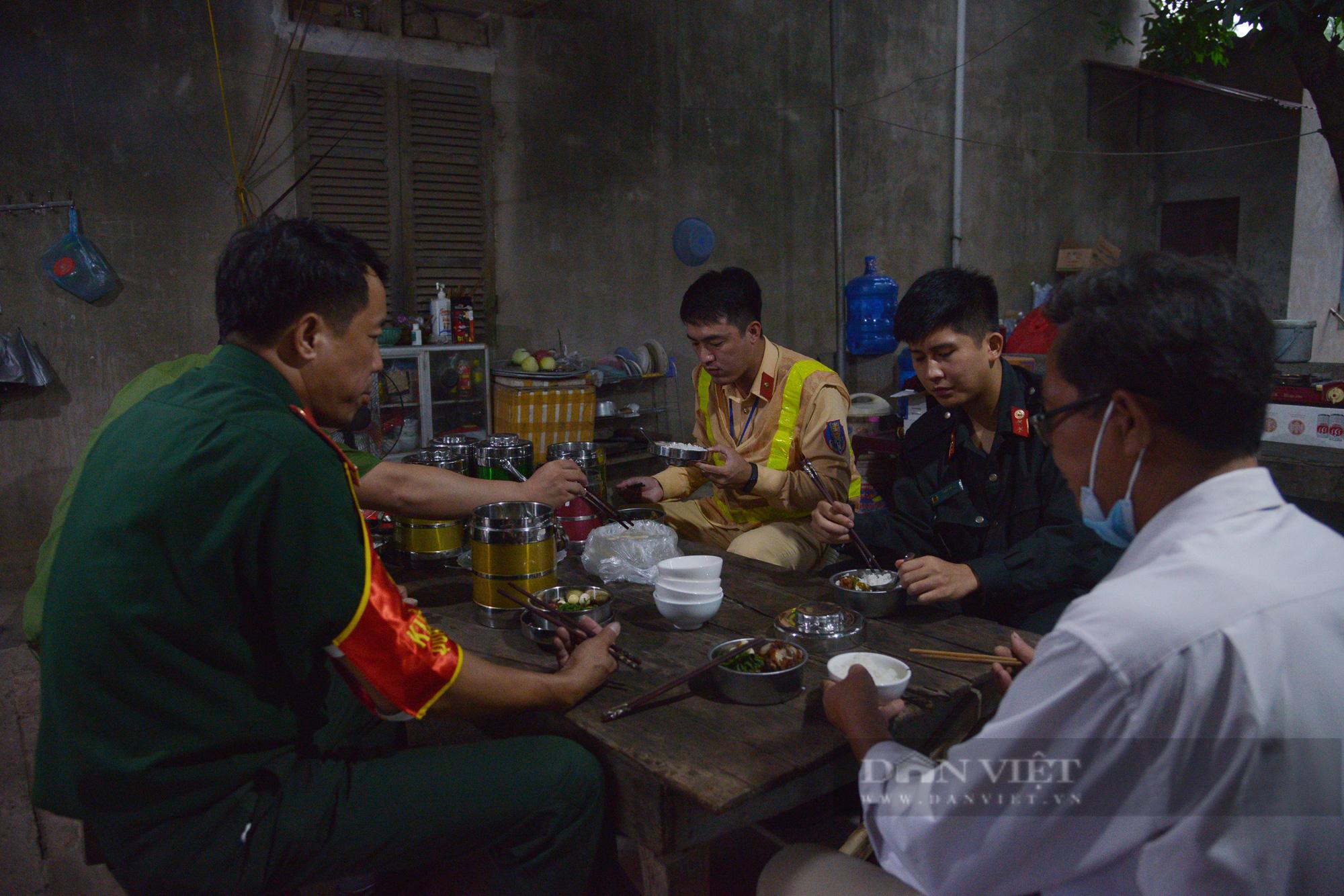 """Người dân Hà Nội nhường nhà, """"tiếp tế"""" cơm, nước uống chia sẻ với lực lượng làm nhiệm vụ phòng, chống dịch - Ảnh 12."""