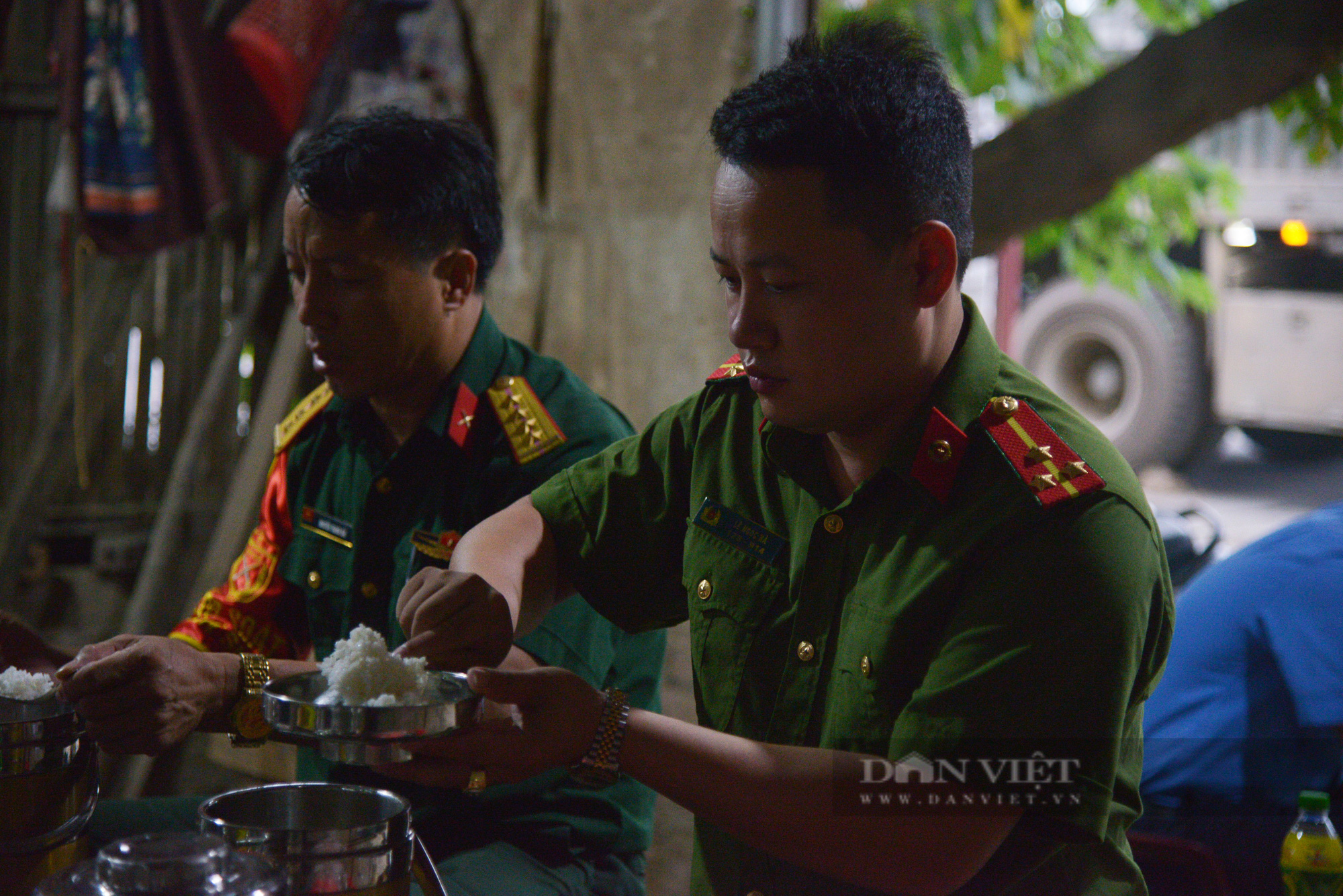 """Người dân Hà Nội nhường nhà, """"tiếp tế"""" cơm, nước uống chia sẻ với lực lượng làm nhiệm vụ phòng, chống dịch - Ảnh 13."""