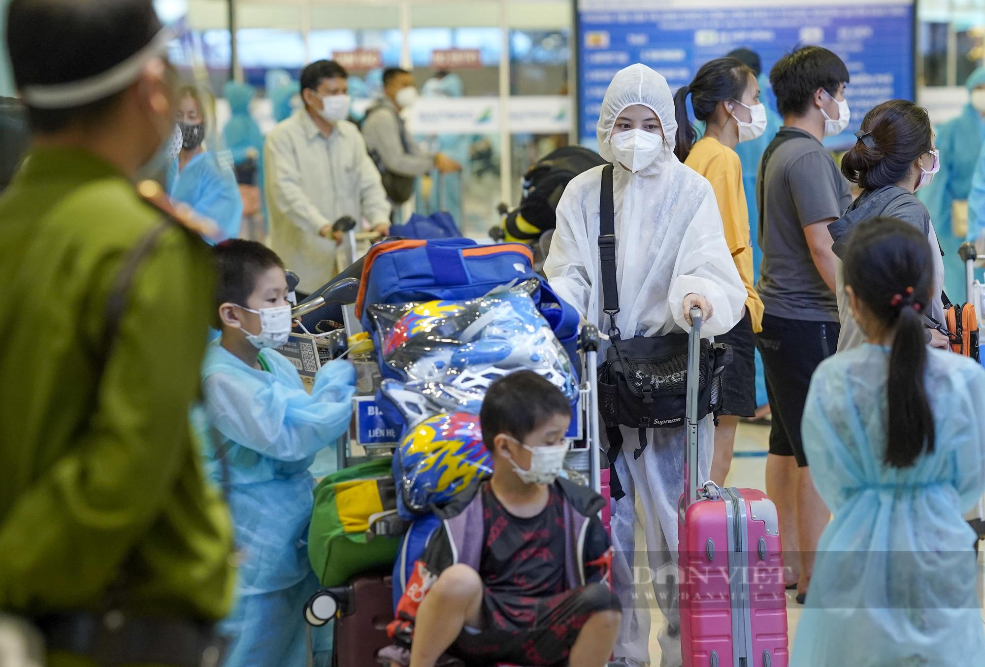 Người từ TP.HCM về Hà Nội được xe buýt đưa đến khu cách ly tập trung - Ảnh 3.
