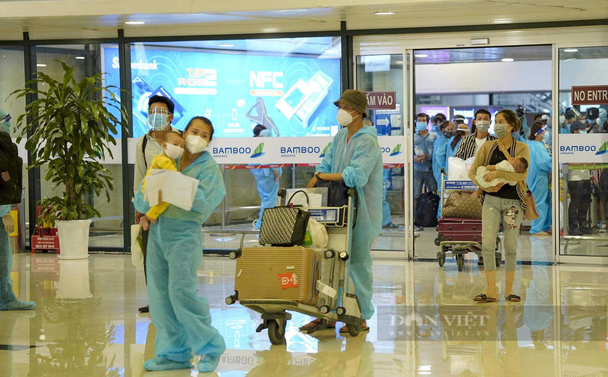 Người từ TP.HCM về Hà Nội được xe buýt đưa đến khu cách ly tập trung - Ảnh 4.