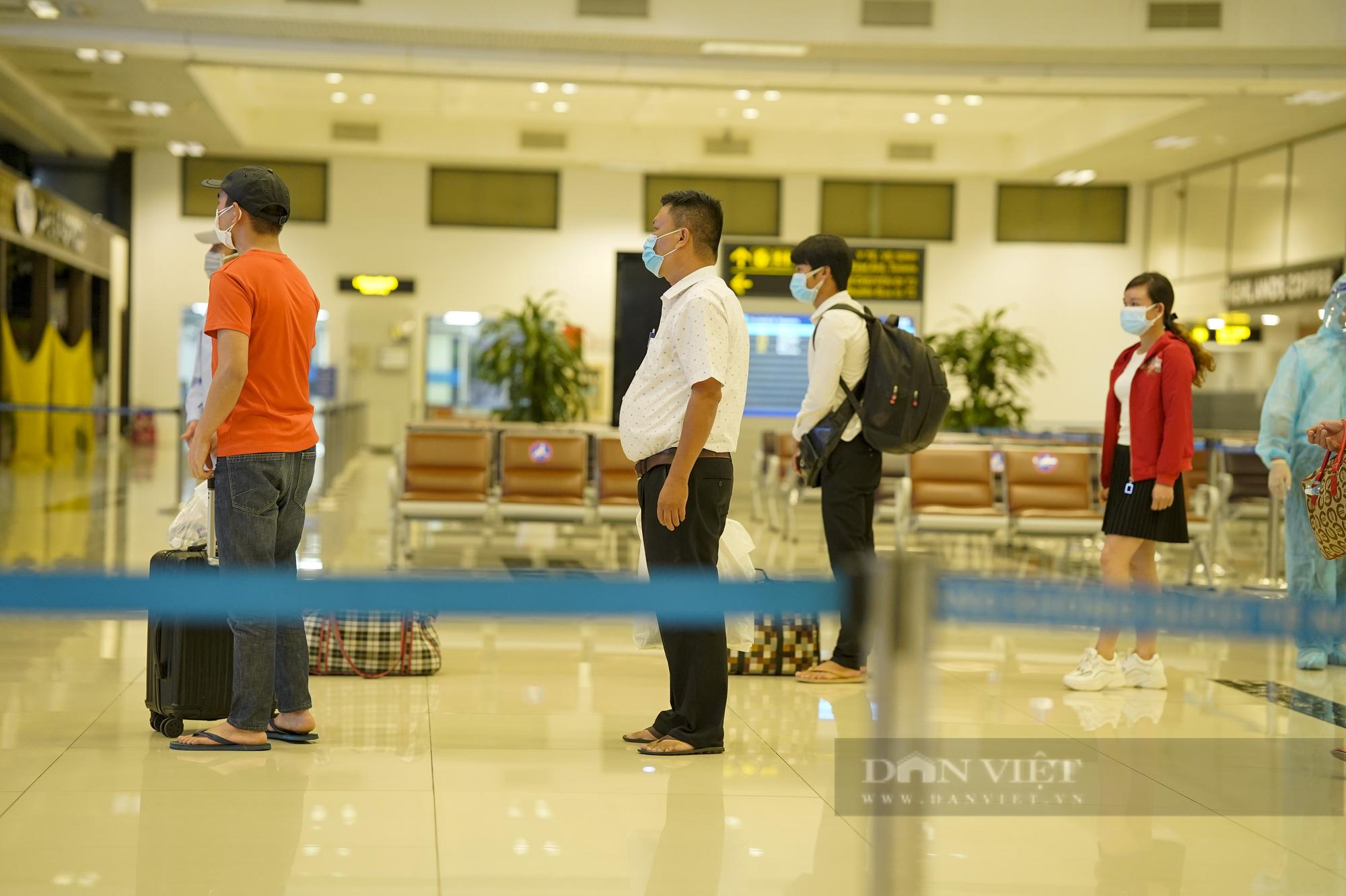 Người từ TP.HCM về Hà Nội được xe buýt đưa đến khu cách ly tập trung - Ảnh 5.