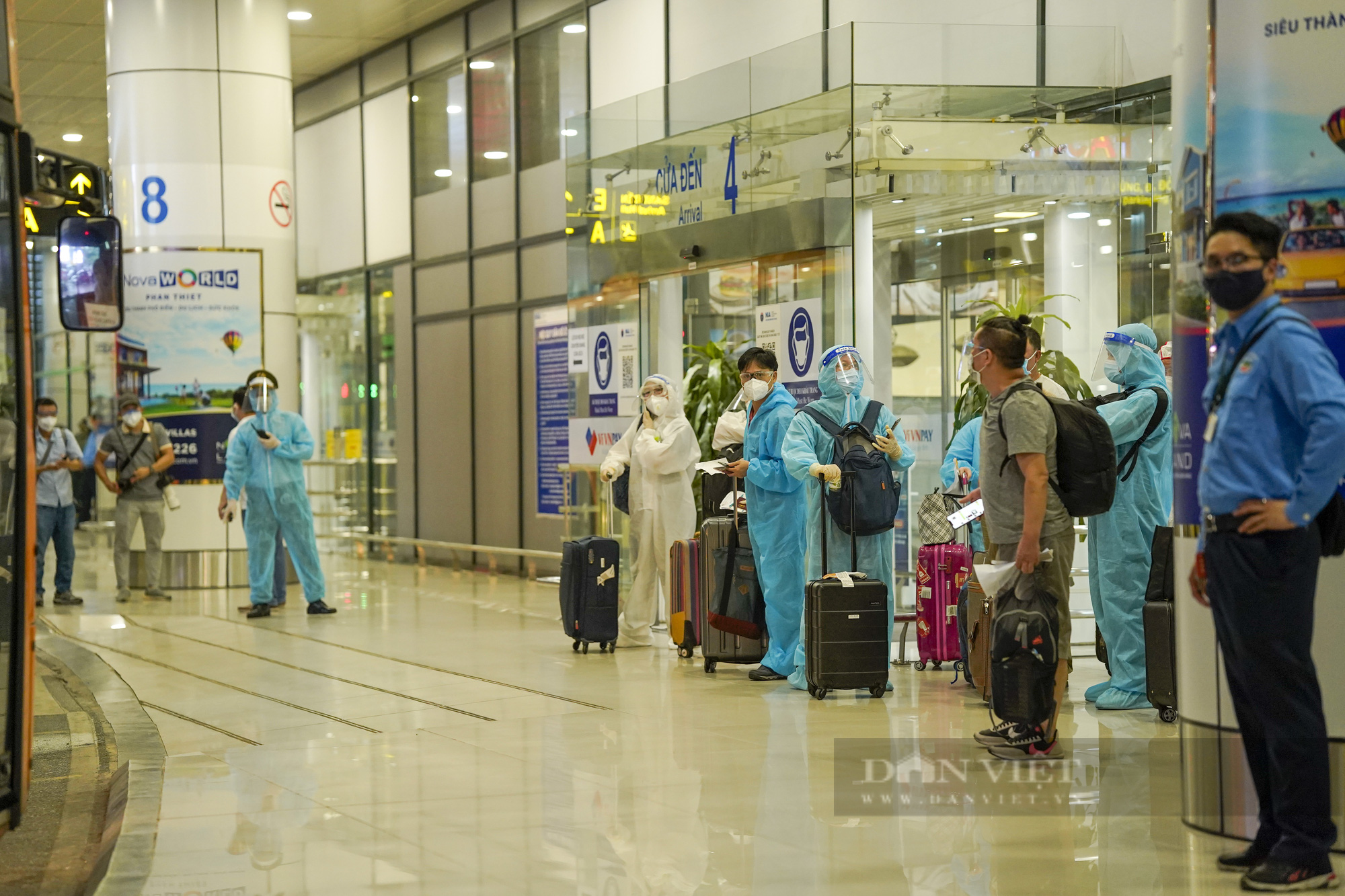 Người từ TP.HCM về Hà Nội được xe buýt đưa đến khu cách ly tập trung - Ảnh 6.