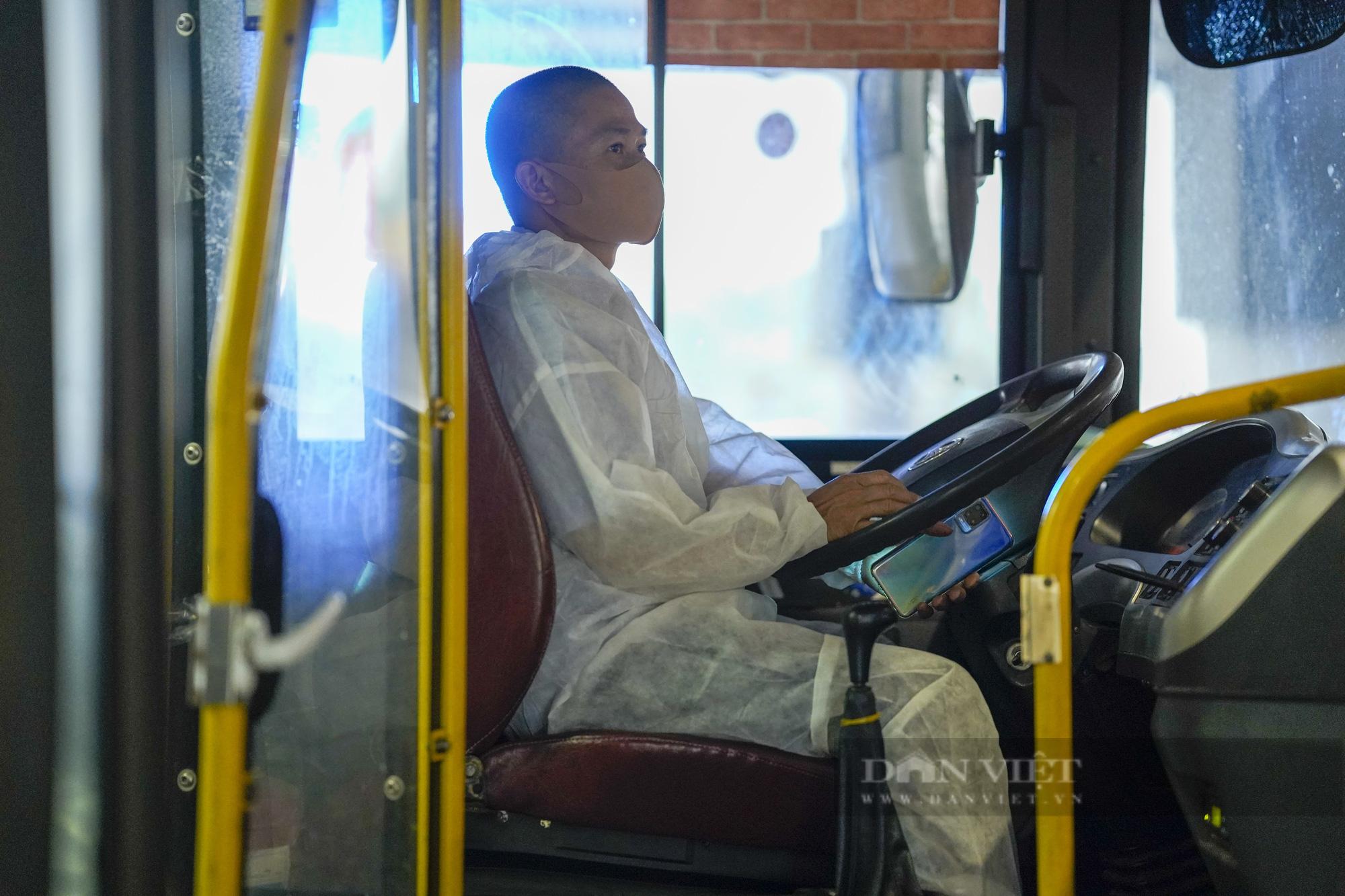 Người từ TP.HCM về Hà Nội được xe buýt đưa đến khu cách ly tập trung - Ảnh 9.