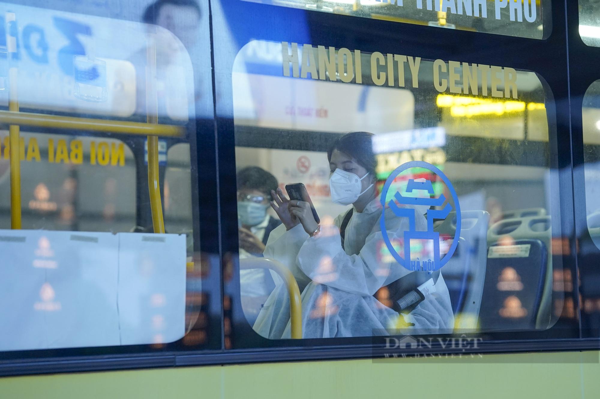 Người từ TP.HCM về Hà Nội được xe buýt đưa đến khu cách ly tập trung - Ảnh 10.