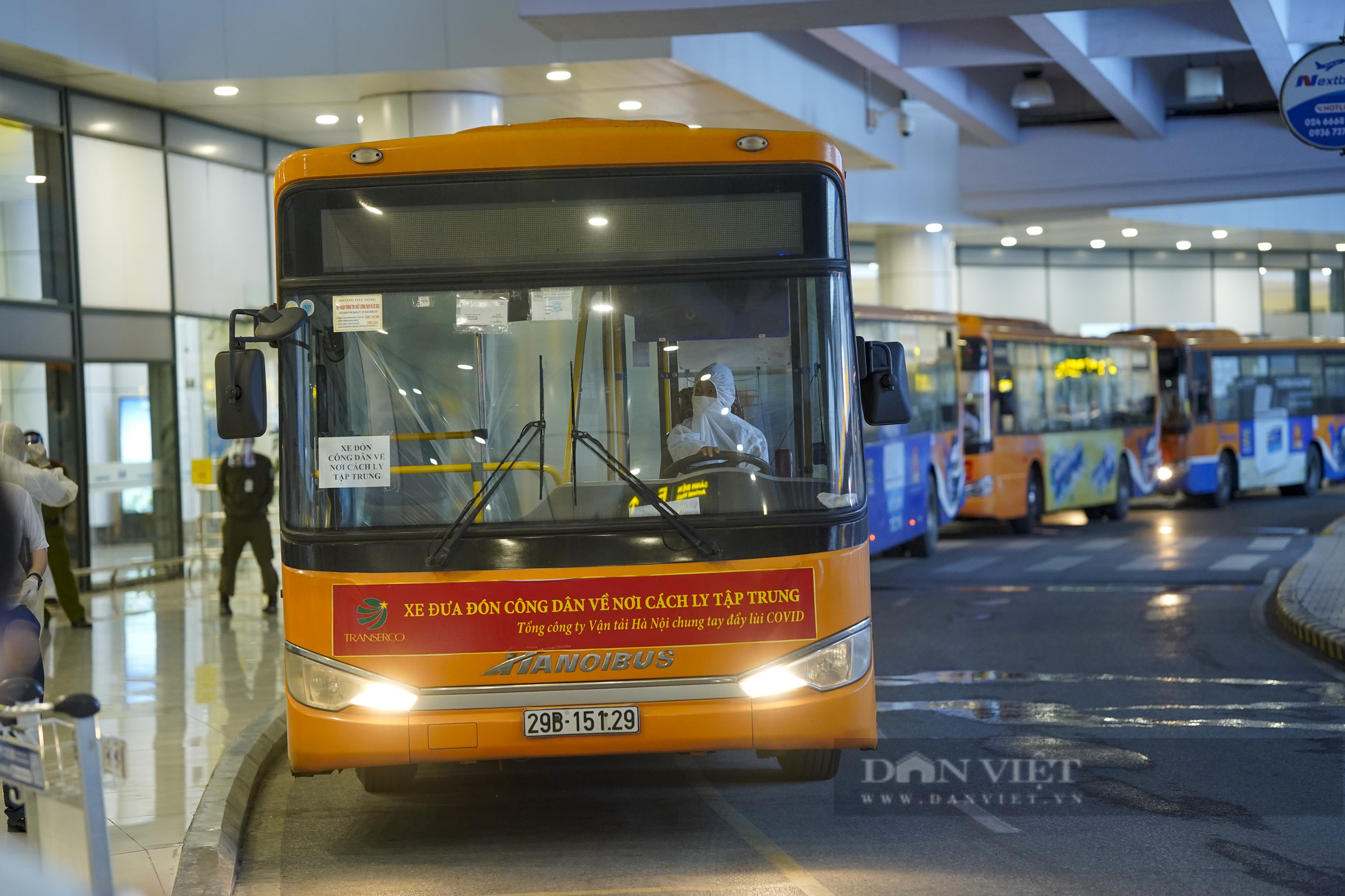 Người từ TP.HCM về Hà Nội được xe buýt đưa đến khu cách ly tập trung - Ảnh 11.