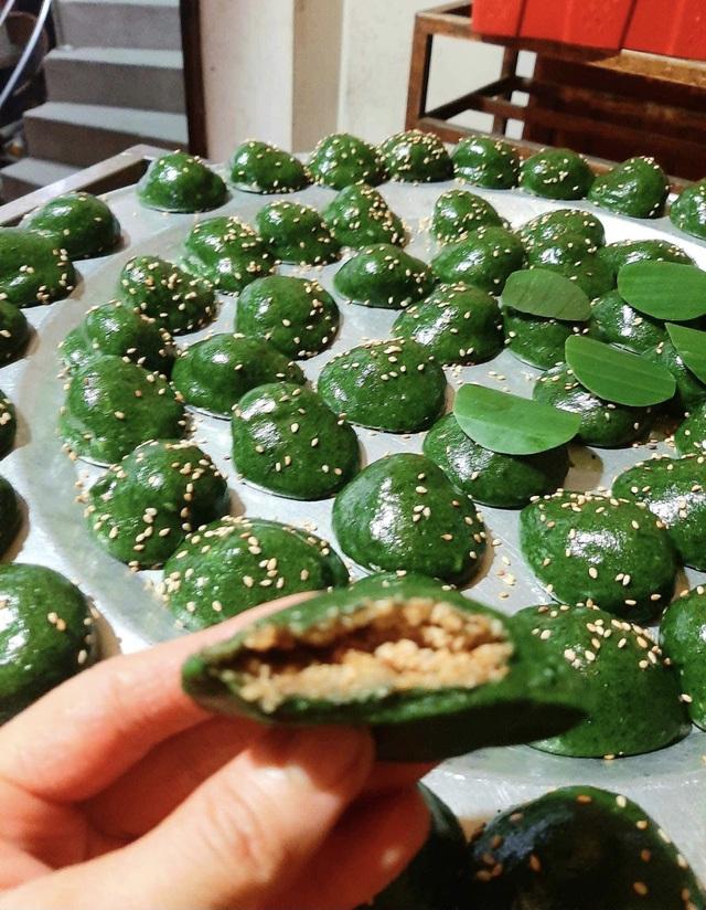 Thứ bánh đặc sản xanh lè xanh lét được làm từ loại rau mọc hoang, tiểu thương hốt bạc, đóng hộp mỏi tay - Ảnh 3.