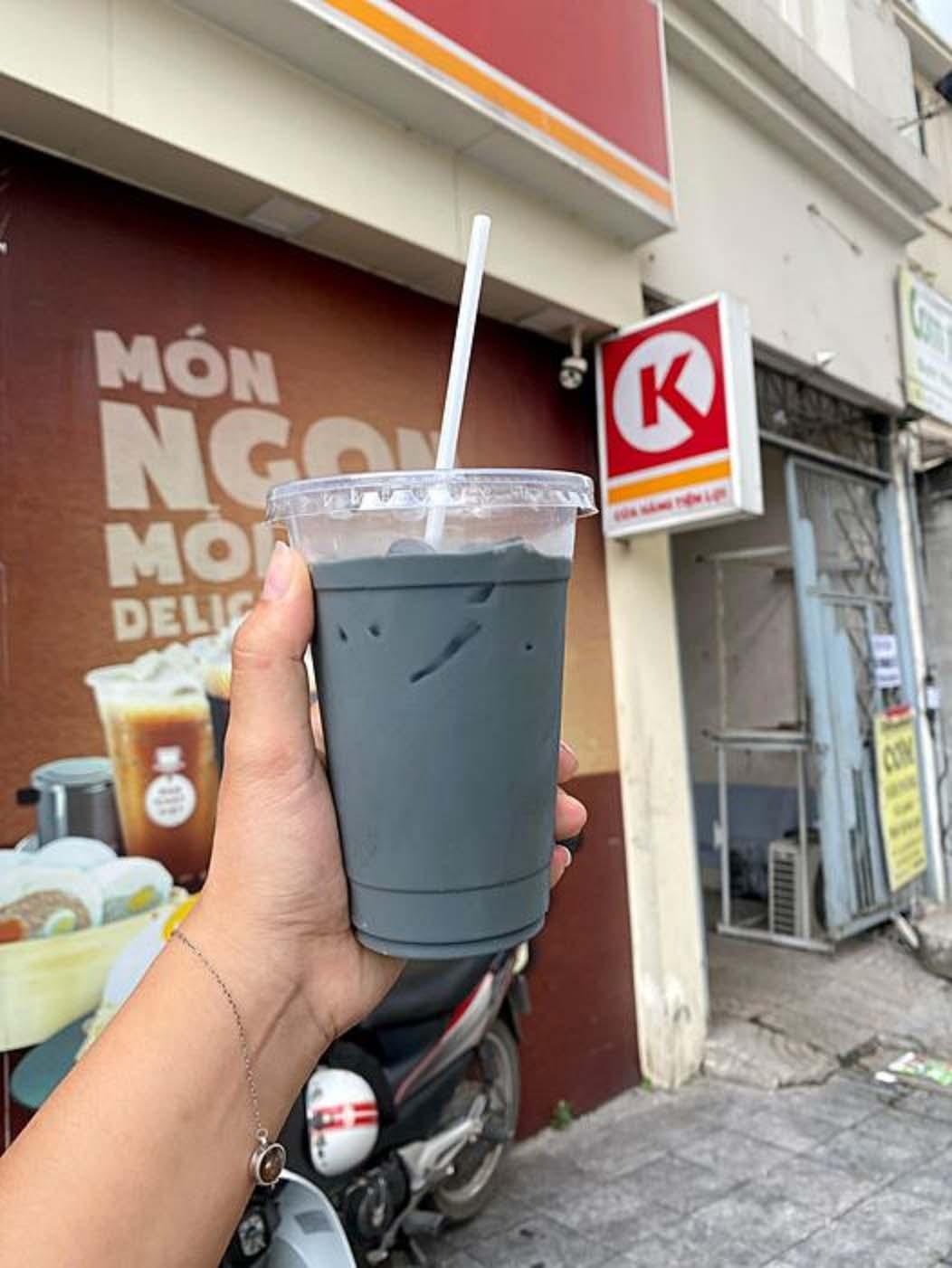 Hà Nội: Thức uống đen đen, xấu mã nhưng lại có sức hấp dẫn khiến giới trẻ săn lùng điên đảo - Ảnh 4.