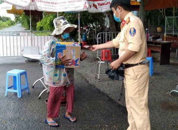 Kiên Giang: Chiến sĩ Công an góp tiền giúp cụ bà nhặt ve chai khi đang trực chốt kiểm soát dịch - Ảnh 2.