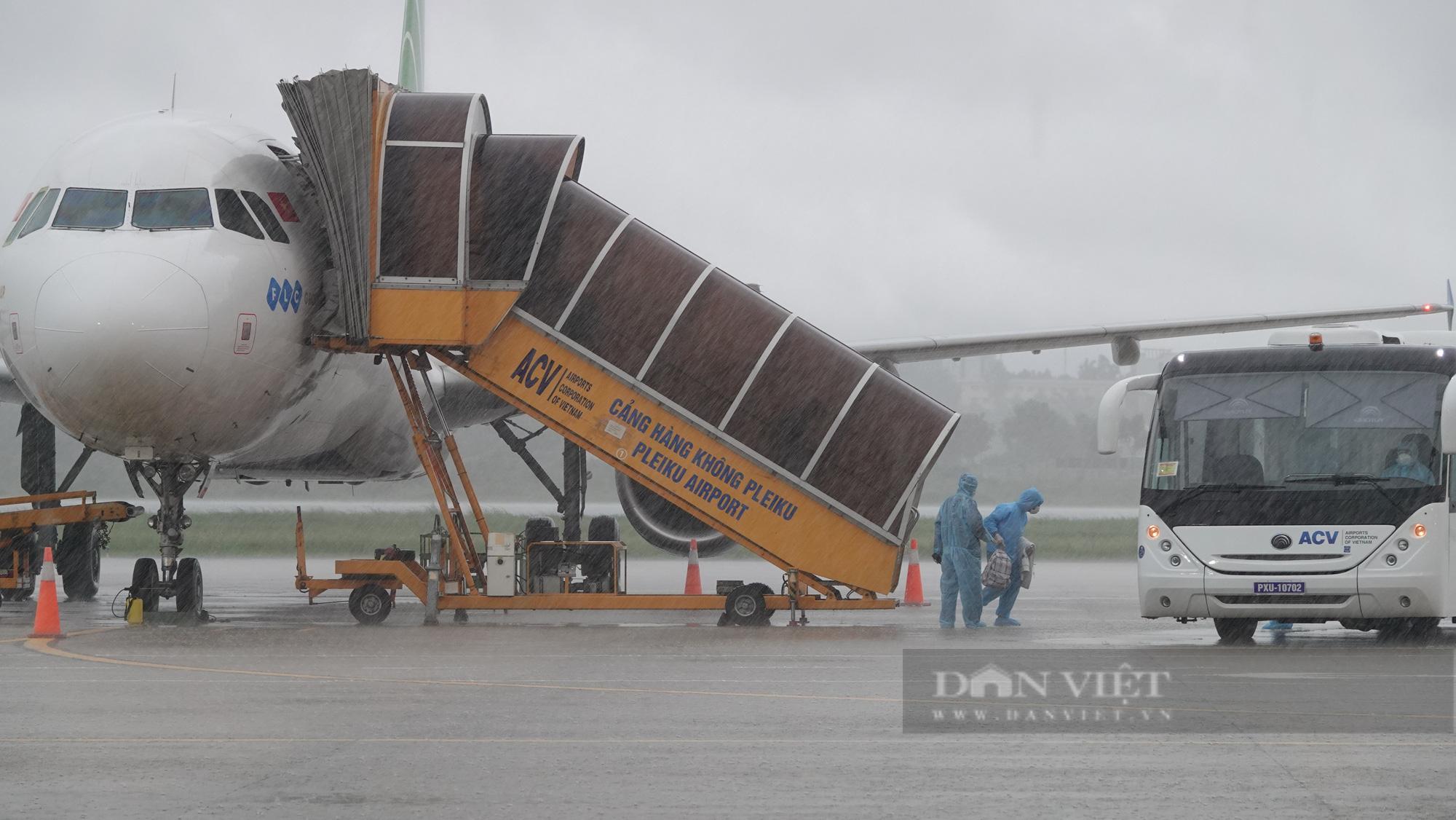 Chuyến bay đầu tiên chở gần 200 công dân từ TP.HCM về Gia Lai - Ảnh 1.
