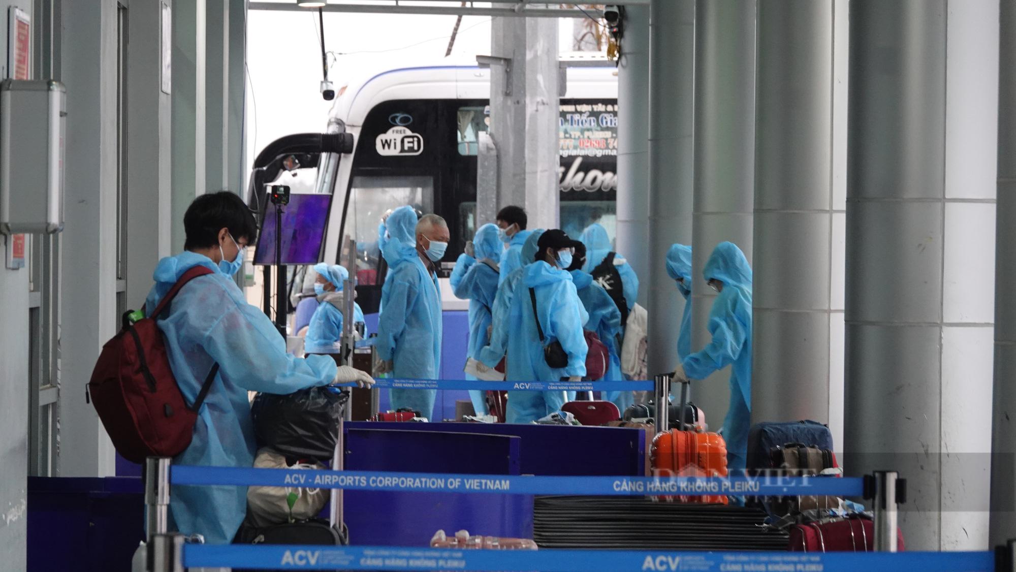 Chuyến bay đầu tiên chở gần 200 công dân từ TP.HCM về Gia Lai - Ảnh 3.