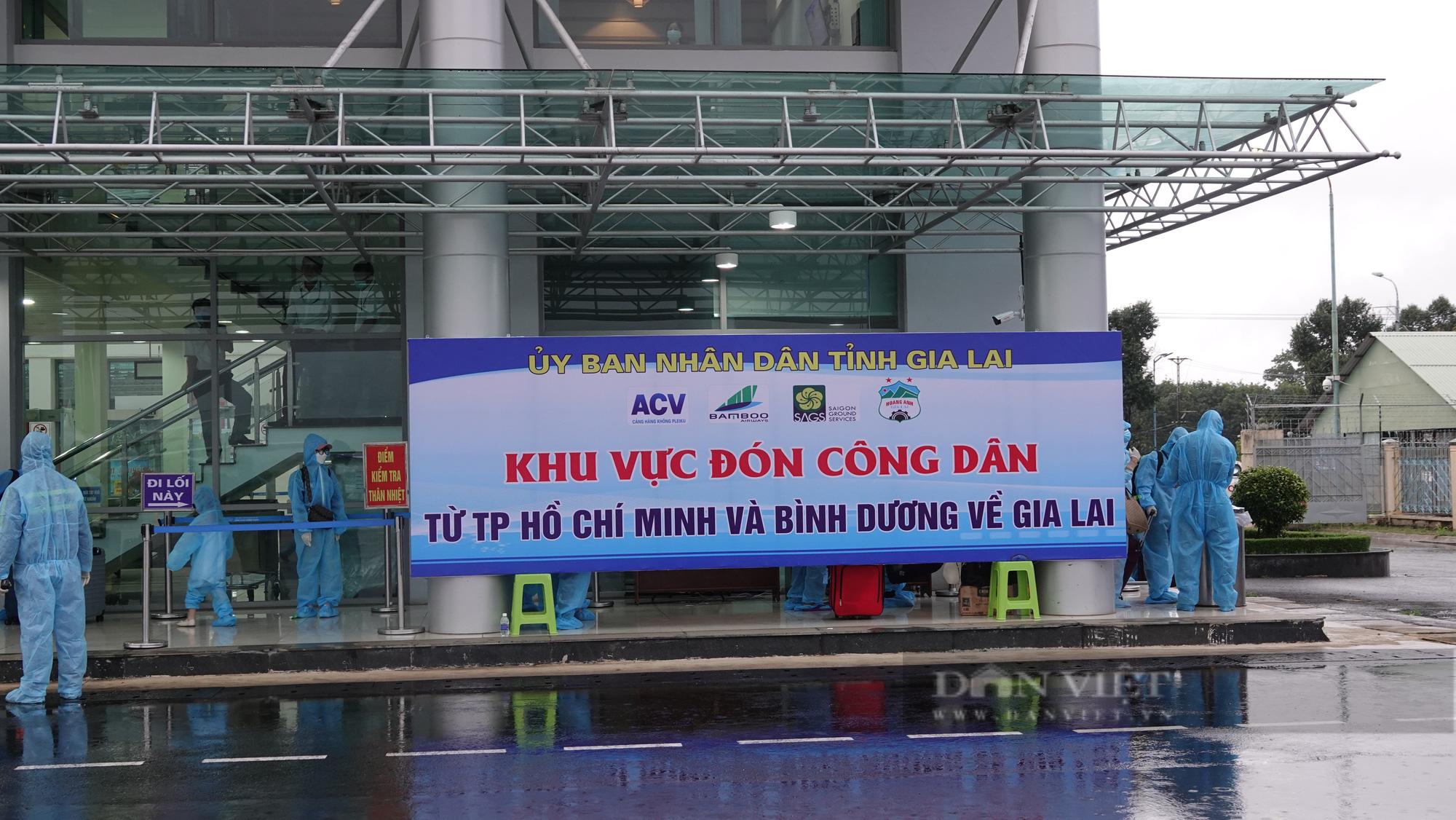 Chuyến bay đầu tiên chở gần 200 công dân từ TP.HCM về Gia Lai - Ảnh 5.