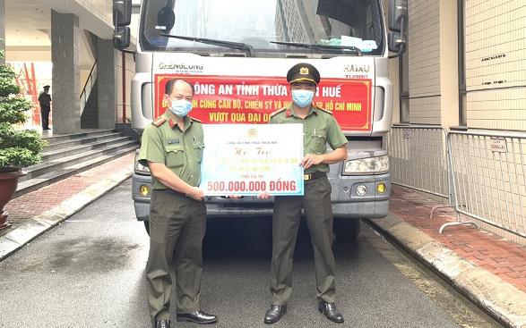 Công an tỉnh Thừa Thiên Huế tặng hàng chục tấn nhu yếu phẩm cho Công an TP.HCM