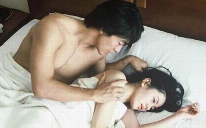 Mất hứng vì vợ ngoan hiền nhưng trên giường chỉ nằm im và hưởng thụ
