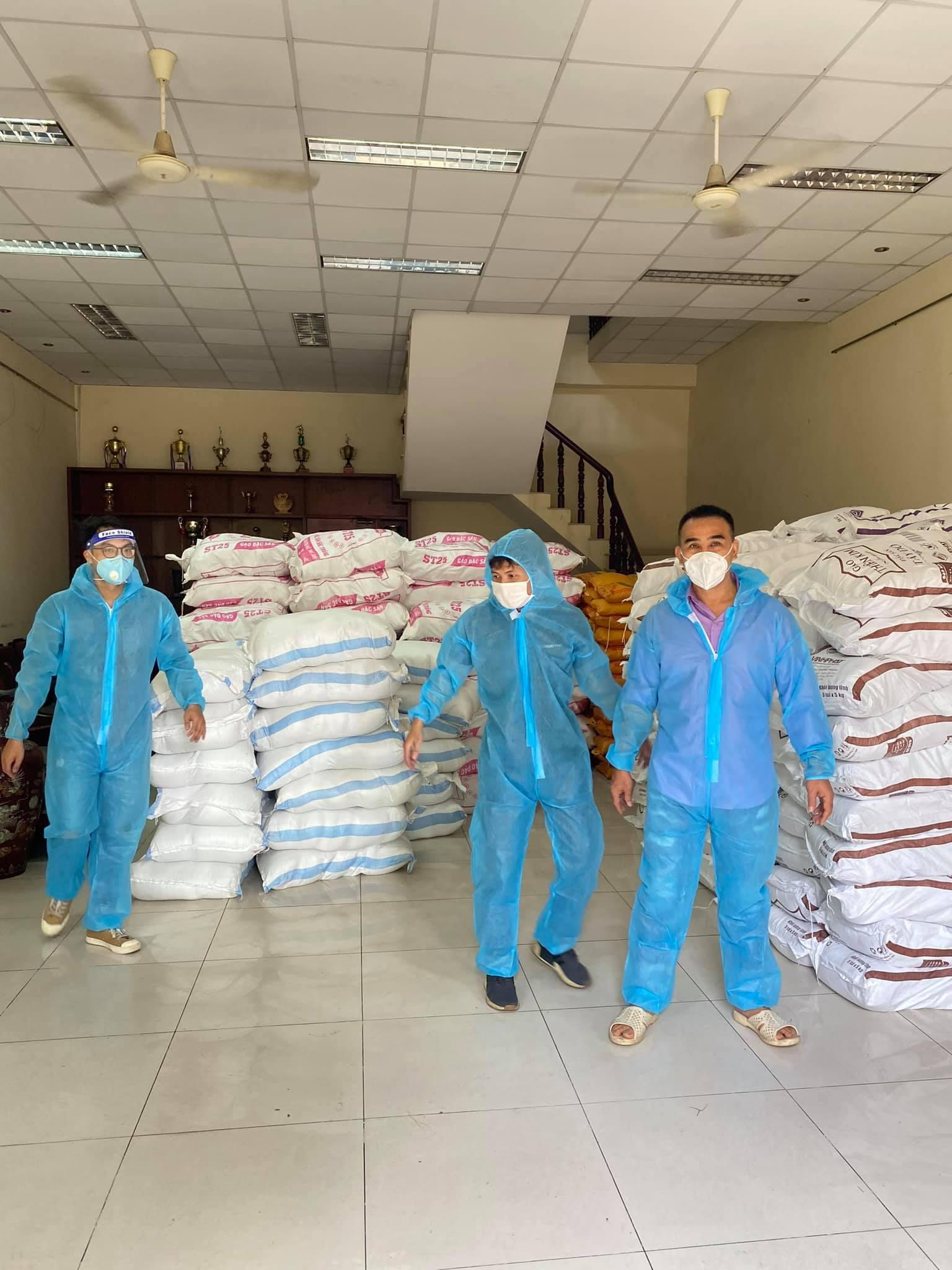 Chuyện của sao Việt (24/7): Xúc động ảnh MC Quyền Linh vác gạo từ thiện ở TP.HCM - Ảnh 3.