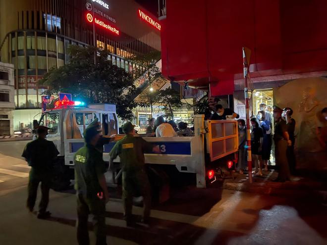 Nữ chủ quán karaoke cho khách tụ tập, cố thủ chống đối quyết liệt khi công an ập vào - Ảnh 1.