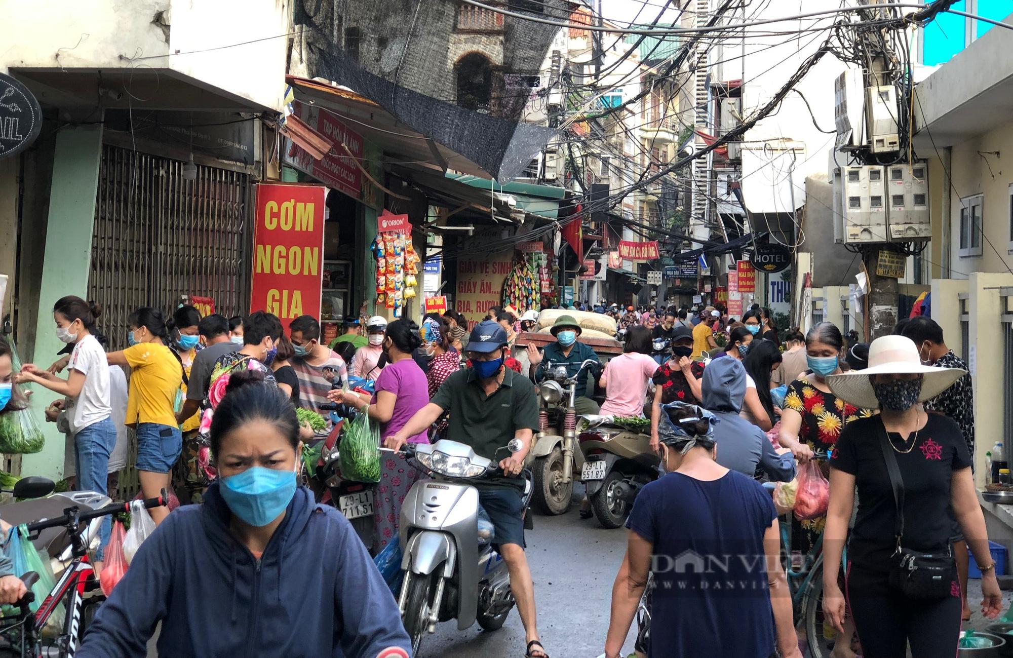 Chợ, siêu thị Hà Nội ngày đầu giãn cách xã hội: Nơi đông đúc, chốn thoáng đãng người dân thoả sức lựa chọn - Ảnh 4.